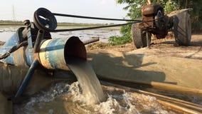 Pompend water om het rijstgebied voor te bereiden stock video