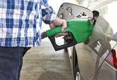 Pompende Benzine bij Benzinepomp stock afbeeldingen