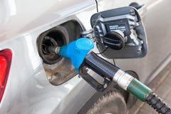 Pompende benzinebrandstof in personenauto bij benzinestation Stock Afbeeldingen