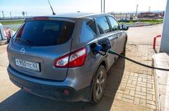 Pompende benzinebrandstof in personenauto bij benzinestation Royalty-vrije Stock Foto's