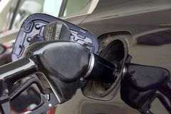 Pompende gas donkere auto Stock Foto's