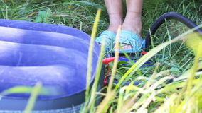 Pompende matras met voetpomp stock footage