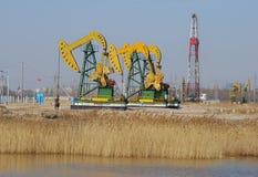 Pompende olie Stock Afbeeldingen