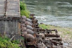 Pompes à eau industrielles de rouillement à côté de la station concrète photo libre de droits