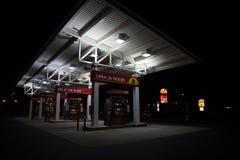 Pompes à essence d'épicerie de WaWa la nuit Photo stock