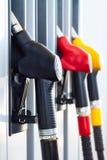 Pompes à essence dans une station service Images stock