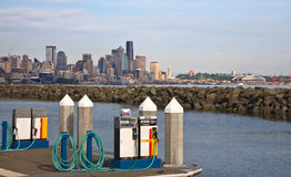 Pompes à essence de marina - horizon de ville photo stock
