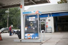 Pompes à gaz à une station service de golfe image libre de droits