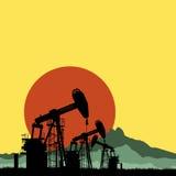 Pompes à huile de silhouette sur le fond de coucher du soleil Image libre de droits