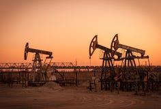 Pompes à huile sur un gisement de pétrole images stock
