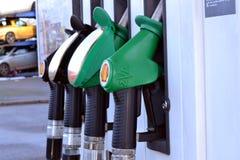 Pompes à la station de carburant photos libres de droits