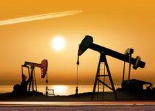 Pompes de pétrole fonctionnantes Image libre de droits