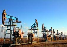 Pompes de pétrole fonctionnantes dans la ligne Photo libre de droits