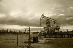 Pompes de puits de pétrole monochrome image stock