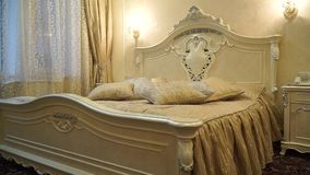 Pompeuze slaapkamer in gouden schaduwen stock footage