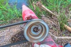 Pompi l'acqua dal canale alle risaie Fotografie Stock Libere da Diritti