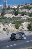 Pompier à la scène d'un accident de voiture la route ascendante d'entrée aux voisinages de Carmel à Haïfa images libres de droits