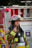 Pompier aux travaux images stock