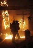 Pompier avec la victime d'accidents image libre de droits