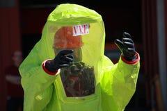 Pompier avec un costume pour la protection contre le risque d'a biologique photo libre de droits