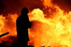 Pompier combattant un incendie Photo libre de droits