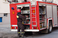 Pompier près d'une pompe à incendie Photos stock