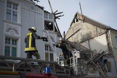 Pompiere che passa una videocamera termica per la gente di salvataggio t Fotografie Stock Libere da Diritti