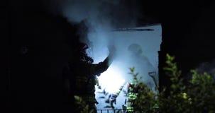 Pompiere che usando la macchina fotografica di registrazione di immagini termiche al fuoco della casa stock footage