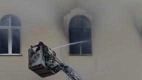 Pompiere completamente attrezzato su una scala video d archivio