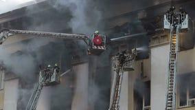 Pompiere completamente attrezzato su una scala archivi video