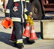 Pompiere con i coni di traffico Immagini Stock