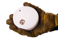 Pompiere con il rivelatore di fumo Immagini Stock Libere da Diritti