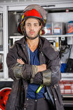 Pompiere serio Standing Arms Crossed contro il Firetruck immagine stock