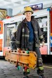 Pompiere sicuro Carrying Wooden Stretcher fotografie stock libere da diritti