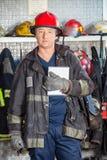 Pompiere sicuro Holding Digital Tablet a fotografie stock libere da diritti