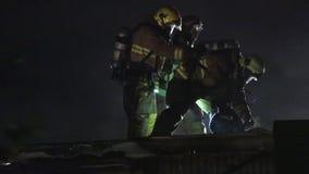 Pompiere su un tetto archivi video