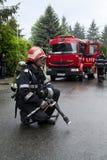 Pompiere vicino al firetruck fotografie stock