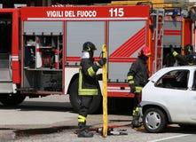 Pompieri alla scena dell'incidente Immagini Stock Libere da Diritti