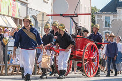 Pompieri antichi da intervenire con una pompa idraulica Immagini Stock Libere da Diritti