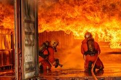 Pompieri che combattono un fuoco, addestramento del pompiere immagine stock
