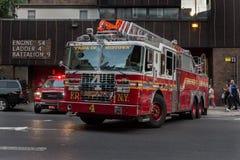 Pompieri che lasciano la caserma dei pompieri a New York City Fotografie Stock Libere da Diritti