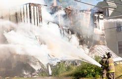 Pompieri che mettono fuori un fuoco immagini stock