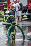 Pompieri che pompano fuori acqua Fotografia Stock