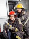 Pompieri che praticano alla caserma dei pompieri Immagini Stock Libere da Diritti