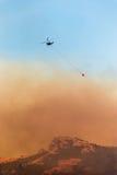 Pompieri dell'elicottero che combattono un fuoco Fotografia Stock
