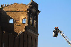 Pompieri durante l'arresto di un fuoco Fotografia Stock Libera da Diritti