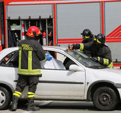 Pompieri nell'azione dopo l'incidente Fotografia Stock