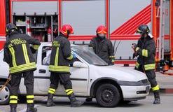 Pompieri nell'azione dopo l'incidente Fotografie Stock Libere da Diritti