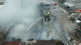 Pompieri sul lavoro stock footage