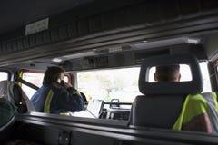 Pompieri sul loro modo ad una scena di emergenza immagine stock libera da diritti